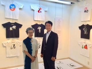 展」に行ってまいりました   英語など横文字が書かれたTシャツを着る若者が多い中 日本語のTシャツを着てほしいという思いから作り始めたそうです    筆跡や図案を再現した樹脂製シートを国産のTシャツに圧着して制作 文字は点や線を変えずに躍動感があります ギャラリー葵丘で明日までやっています 興味のある方はお出かけください