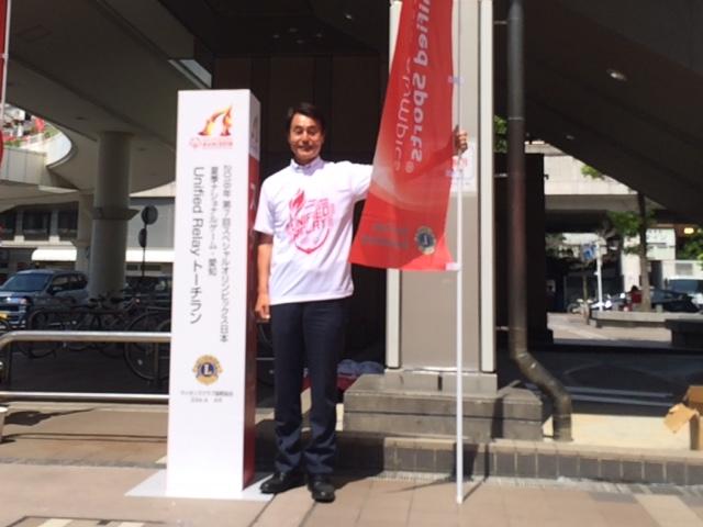 クス日本 夏季ナショナルゲーム 愛知 ユニファイドリレー トーチランに参加をしました   スペシャルオリンピックスとは 知的障がいのある人たちに 様々なスポーツトレーニングとその成果の発表の場である競技会を 年間を通じ提供している国際的なスポーツ組織です   国際的なスポーツ組織で 非営利活動で 運営はボランティアと善意の寄付によって行われています 参加する知的障害のある人たちをアスリートと呼んでいます   今回は 2019アブダビで開催される世界大会の日本選手団選考を兼ねて開催されます   まだまだ知名度が浸透していないように感じます 我々も応援してまいります