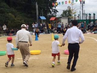 予報により時間を繰り上げてのスタートです。園長先生は園児たちも楽しみにしているので内容を変更して、できるだけ園児の競技を優先させたとのことです。また保育園の現状と課題をお聞きしました。 もちろん来賓競技には参加をしましたよ!