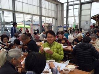 つけました。雨にも関わらず 毎回の大盛況です。自社のお米をはじめ 地元の農産物を提供しておられます。お米とお味噌汁 おいしかったですよ!