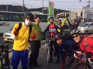 トです! 若者のサイクリングチームが元気よく通過して行きました 週明け月曜日 交通安全で行ってらっしゃい!!