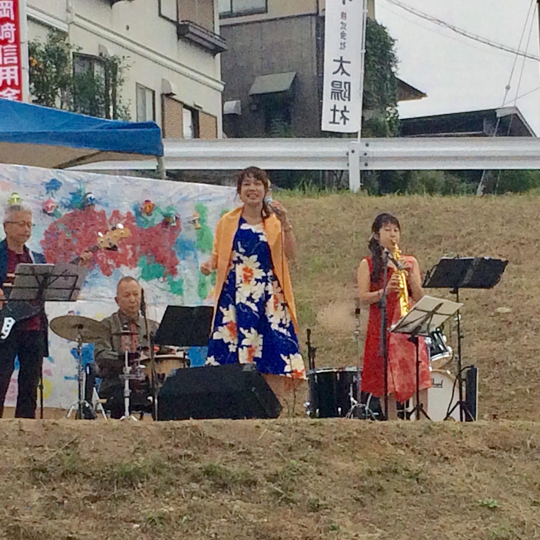 無料会場、冨田病院です。 令和を迎え、冨田勲の故郷のステージがパワーアップして始まりました。 毎年恒例行事に定着し、たくさんの方々が楽しんでいらっしゃいました。野外ライブで開放感抜群のステージでした。