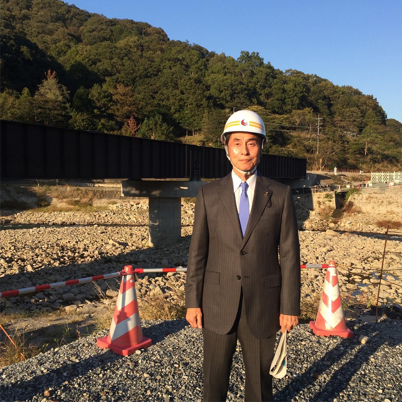 旧事業の第1三篠川橋梁の現地を調査しました。 西日本を中心に全国的に広い範囲で記録的な大雨となり、風水害としては平成で最悪の被害規模となった平成30年7月豪雨により発生した災害からの河川改良復旧事業です。 三篠川流域の特に多いところでは300mm以上を観測、三篠川の浸水面積は全体で約234.5ha、家屋浸水が約343戸発生。護岸等施設被害は48箇所、約19kmに及びました。 平成30年度から令和4年度までで、事業費は約95億円です。どこの地域でも、災害対策は重要な課題です。万全の対策を準備しておかなければなりません。